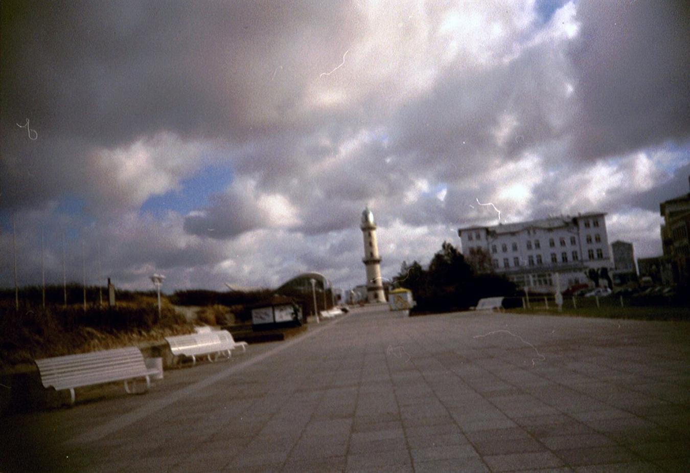 Lomografie - Promenade mit Leuchtturm in Warnemünde