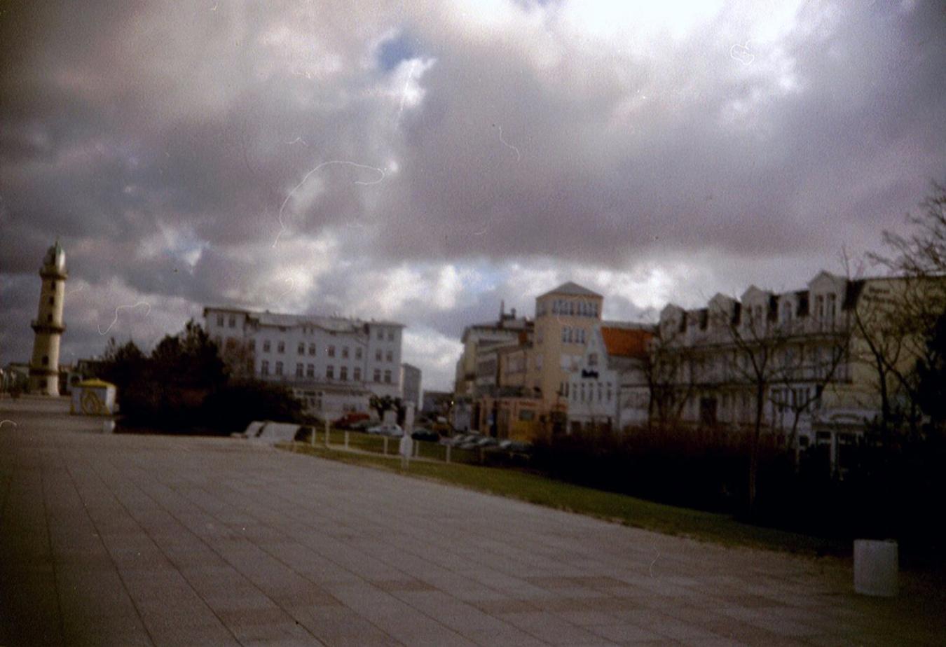 Lomografie – Promenade mit Leuchtturm in Warnemünde