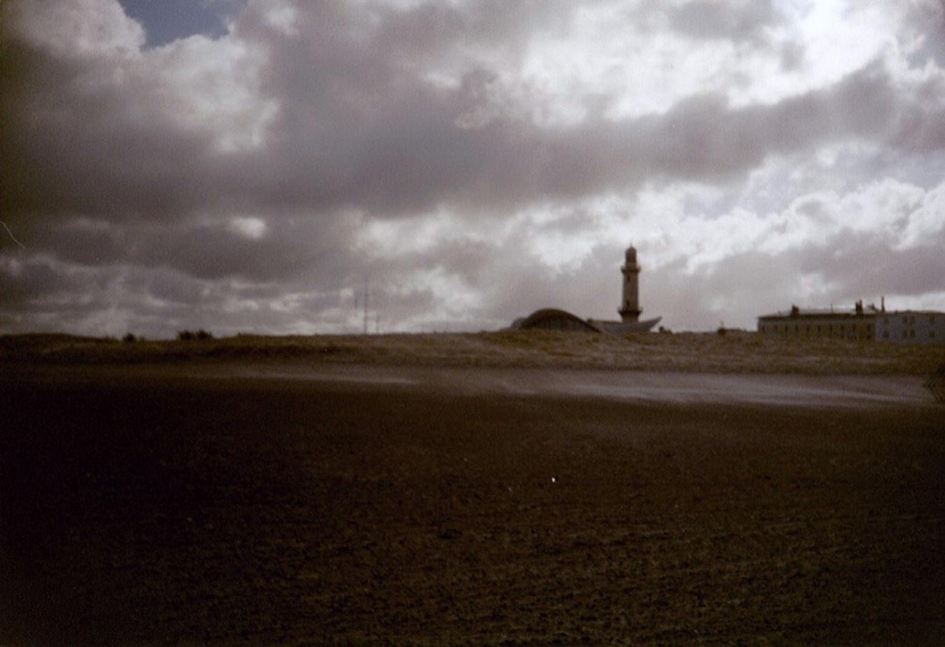 Lomografie – Strand mit Leuchtturm in Warnemünde
