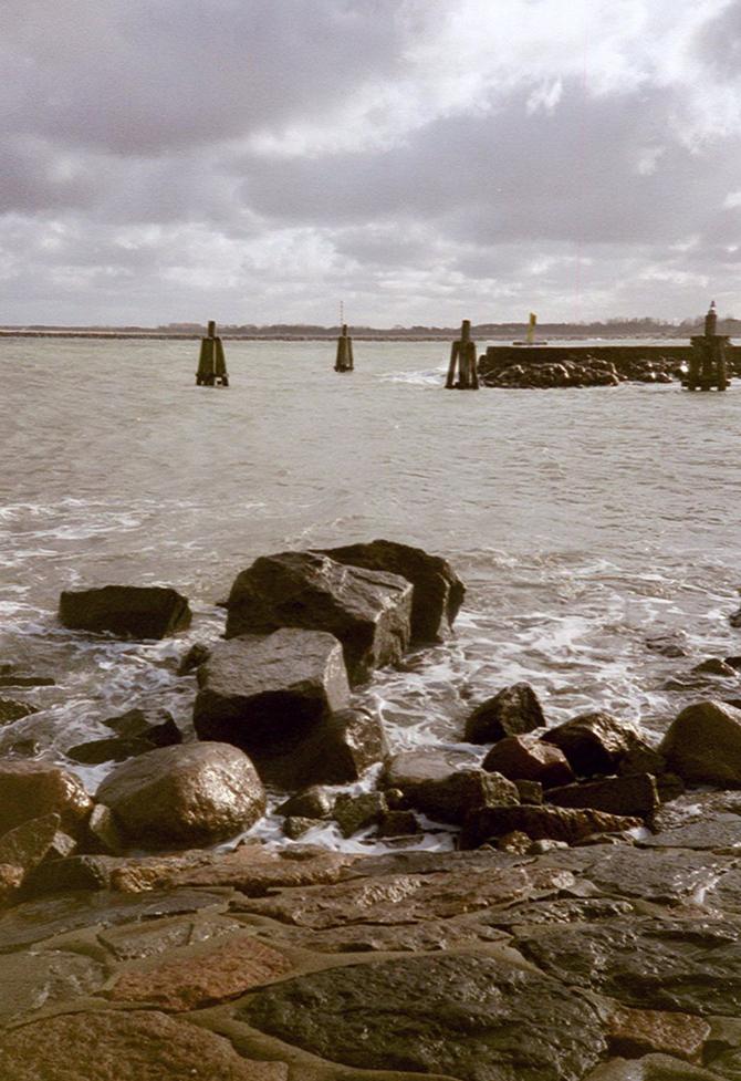Lomografie – Steine in der Ostsee in Warnemünde