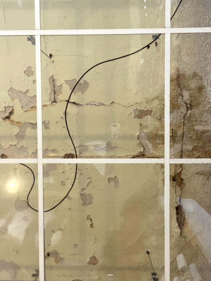 Renovierungsbedürftig unter Glas